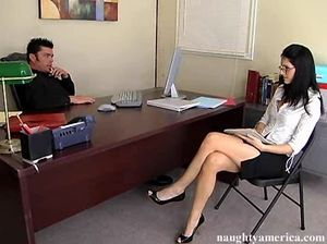 Худенькая секретарша в очках отдалась начальнику на столе в анал