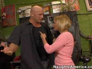 Лысый мастер трахнул в гараже грудастую бизнес леди