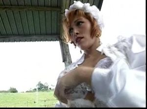 Возбужденная невеста отдалась бритому мужику в очках на сеновале