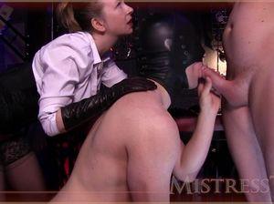 Зрелая госпожа в черных чулках развлекается с двумя новыми рабами в масках