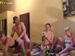 Пьяных русских студенток ебут во все дыры на безумной вписке