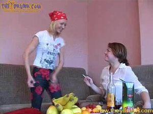 Русские подруги напились и занялись страстным лесбийским сексом на диване