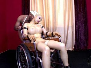 Негр трахает девку в латексе секс машиной и заставляет ее сосать свой хуй