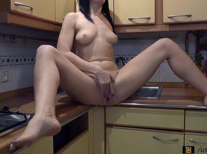 Возбужденная хохлушка доводит себя пальцами до сквирта на кухне