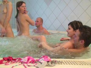 Пара голых парней ебут худую студентку в джакузи с двух сторон