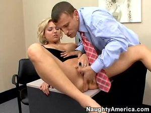 Секретарша отвлекла начальника от работы и была выебана в пизду прямо на полу