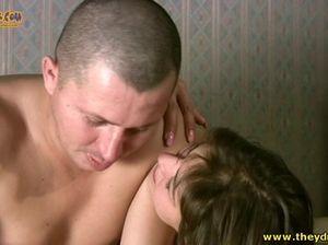 Пьяная русская девушка сосет хуй бритого мужика на кровати