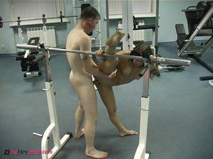 Милая гимнастка ебется в спортзале с озабоченным фитнес тренером