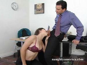 Распутная секретарша отдалась статному начальнику на столе