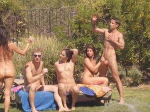 Молодые студенты устроили секс вечеринку на улице возле бассейна