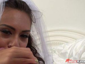 В похотливую невесту проникает длинный хуй жениха сразу после свадьбы