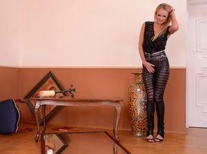 Хохлушка в сексуальном наряде показывает сиськи и ссыт под себя