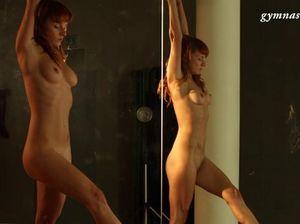 Рыжая гимнастка с бритой пиздой тренируется голой возле зеркал