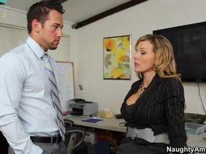 Пышногрудая секретарша в чулках отдалась начальнику прямо на столе
