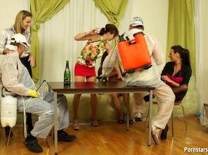 Пьяные телки в чулках ебутся на столе с парнями из службы дезинфекции