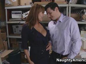 Пышногрудая секретарша ебется с начальником в подсобке офиса