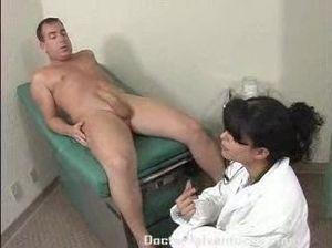 Грудастая медсестра ебется с пациентом после дрочки в кабинете