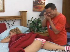 Озабоченный мужик лижет пизду и анус спящей соседки на кровати