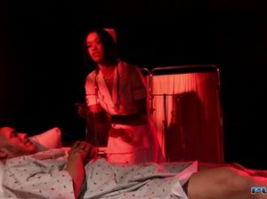 Бритый пациент играет с пиздой красивой медсестры в белых чулках