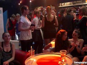 Молодые телочки раздеваются и танцуют во время закрытой секс вечеринки