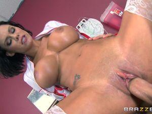 Горячая медсестра с большими дойками ебется в палате с пациентом