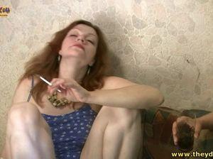 Мужик трахает пальцами пизду пьяной курящей женщины