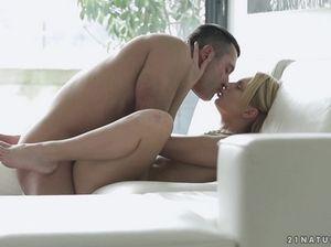 Хохлушку ебут в пизду на диване после нежного домашнего минета