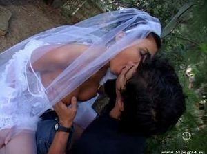 Фотограф выебал на полу блудливую невесту в белых чулках