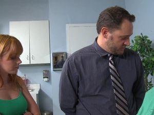 Сногсшибательная медсестра с большими сиськами трахается с пациентом в кабинете
