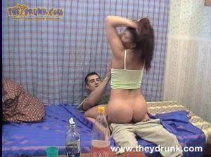 Сообразительный чувак трахнул пьяную русскую брюнетку у себя дома