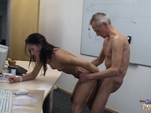 Вальяжный старик трахнул молодую секретаршу посреди рабочего дня