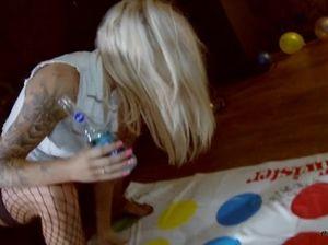 """Гламурные пьяные лесбиянки играют в эротическую игру """"Твистер"""""""