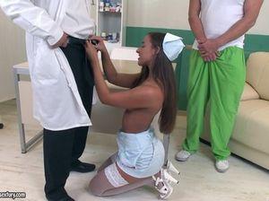 Доктор и пациент больницы трахнули в две дырки медсестричку