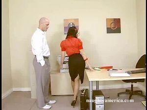 Настойчивый босс порвал колготки и трахнул секретаршу на столе