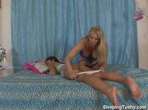 Возбужденная лесбиянка сует палец в попу спящей подружки