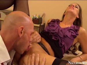 Нескромная секретарша и начальник трахаются на работе