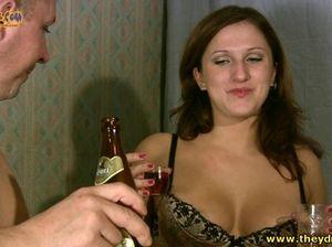 Девица пьяная блюет в унитаз после принудительного секса