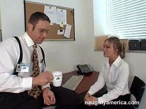 Специальный агент ФБР трахается с секретаршей в рабочее время