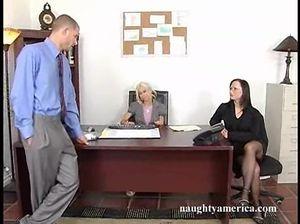 Преуспевающий начальник трахает большим членом двух сотрудниц офиса