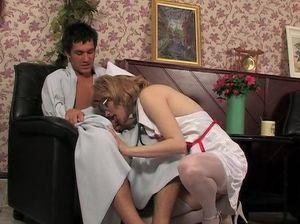 Зрелая русская медсестра трахнула пациента во время осмотра