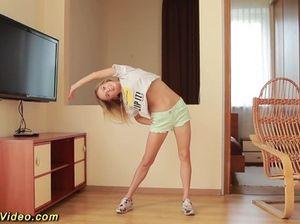 Худющая гибкая гимнастка дрочит красивую пилотку пальчиками