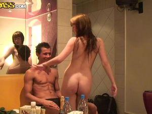 Плоские студентки лесбиянки ласкают друг друга на вечеринке