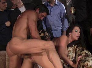 Экстремальные любовники на вечеринке занялись сексом на публике