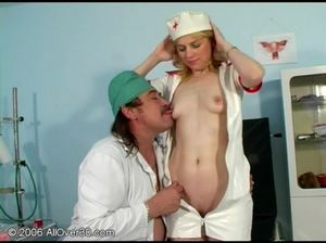 Похотливая зрелая медсестра трахается с пузатым доктором