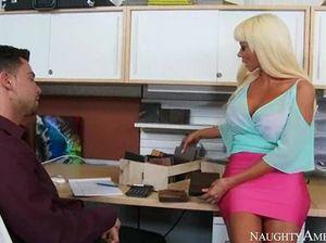 Грудастая секретарша и ее коллега трахаются на полу офиса