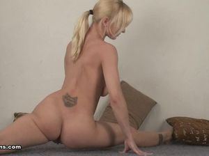 Худющая голая гимнастка показывает сексуальную гимнастику