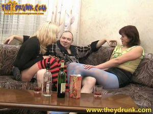 Плешивый кобель Серега трахается с двумя пьяными русскими женщинами