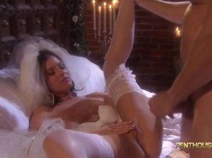 Страстные жених и невеста занялись сексом в первую брачную ночь