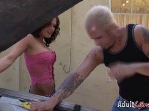Блондин занялся случайным сексом с соседками гимнастками