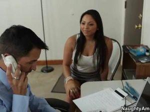 Привлекательный начальник грубо ебет секретаршу раком в кабинете